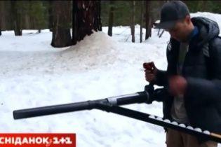 Американець перетворив машину для прибирання листя на кулемет, який стріляє сніжками