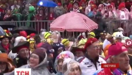 Прятаться от дождя пришлось немцам в первый день кельнского карнавала