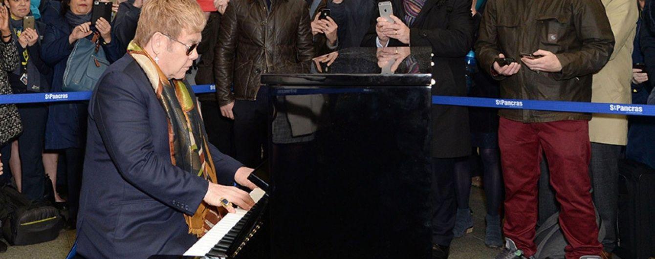 Елтон Джон заграв просто посеред лондонського вокзалу на фортепіано