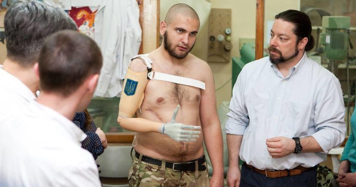 """Василь отримав протез із тризубом на передпліччі @ прес-служба каналу """"1+1"""""""