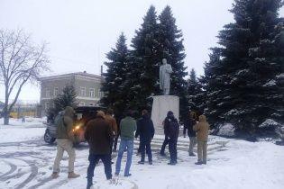 """""""Харківська хунта"""" з """"Азовом"""" повалили черговий пам'ятник Леніну"""