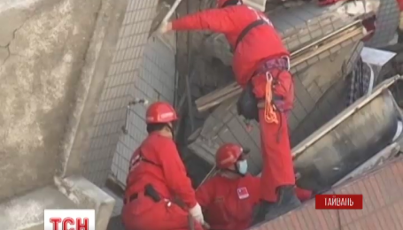 На Тайвані тривають цілодобові пошуки живих і загиблих під завалами