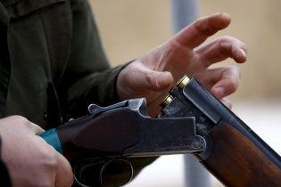 В России пьяный охотник залез в храм, надел рясу и расстрелял иконы