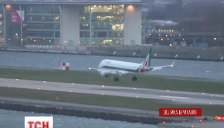В Лондоне пилот поднял в небо самолет прямо в момент его посадки
