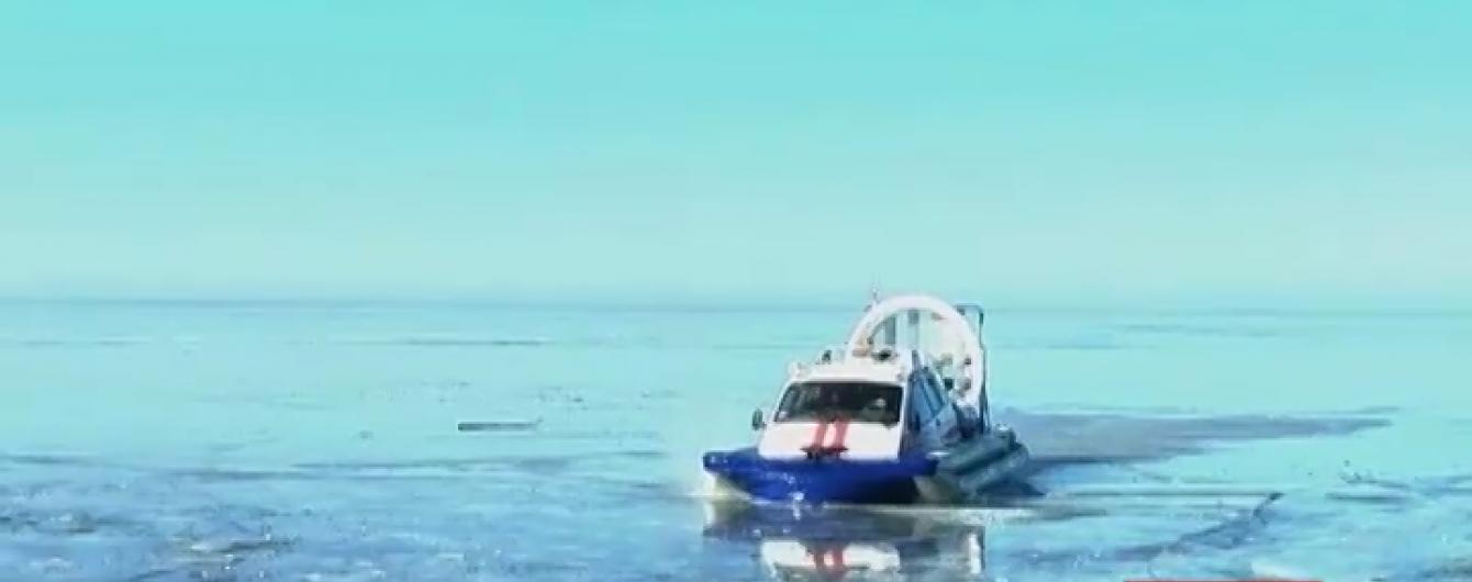 """На Дніпрі крижина """"вкрала"""" 30 відчайдушних рибалок"""