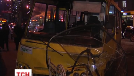 В центре столицы элитная легковушка протаранила пассажирский автобус