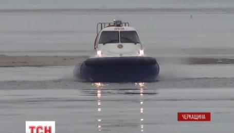 Черкасские спасатели сняли шестерых рыбаков с дрейфующей льдины на Днепре