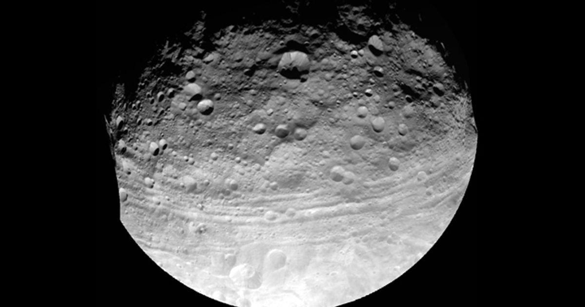 К Земле стремительно приближается астероид