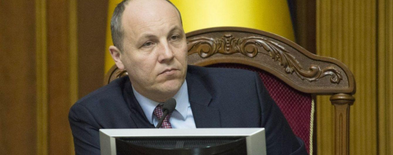 Парубій підписав закон про реінтеграцію Донбасу, передавши його Порошенку