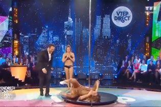 Экс-первая красавица Франции неуклюже упала с пилона в эфире телешоу (видео)