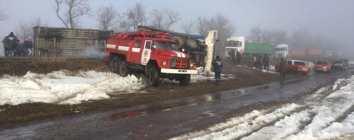 На Кіровоградщині перекинувся КамАЗ і перегородив трасу