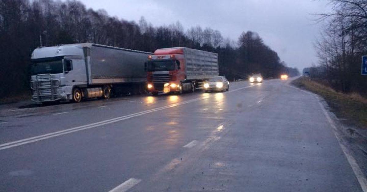 На Волині активісти блокують груз вантажівок із РФ @ facebook/sergij.abram