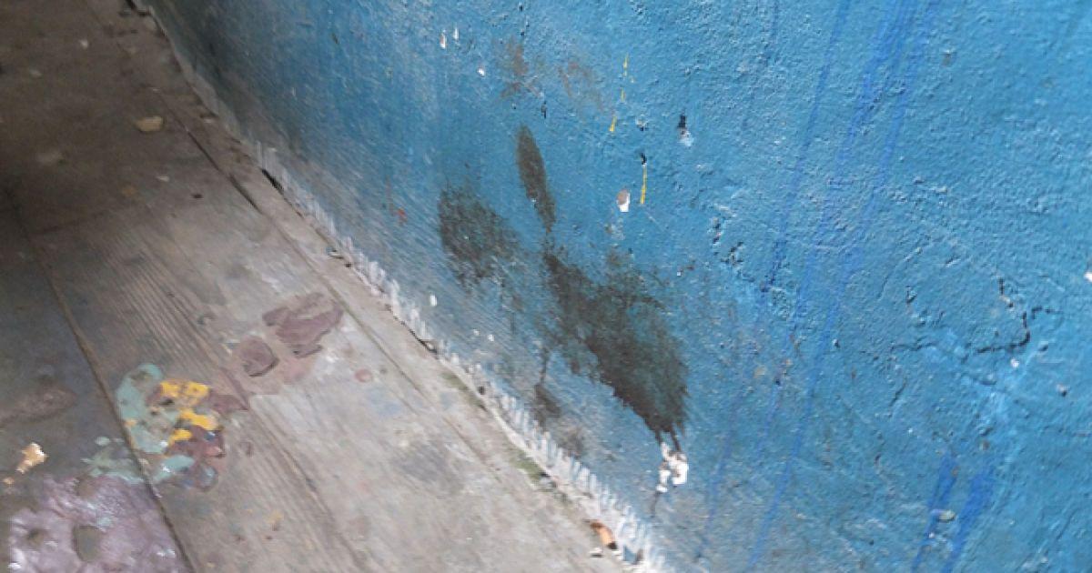 В деяких місцях криваві плями в'їлися в стіни