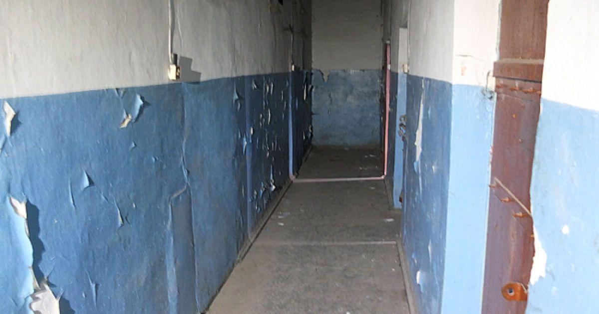 У підвалі розташовані маленькі камери