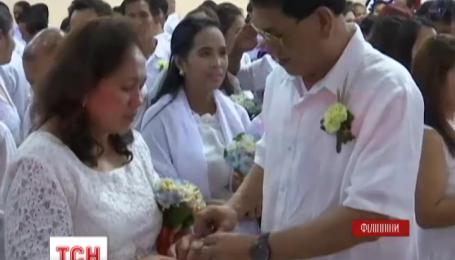 На Филиппинах одновременно поженились 350 пар разного возраста