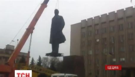 В Одесской области демонтировали еще один памятник Ленину