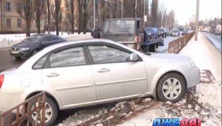 Два авто в столице снесли ограждение из-за гололеда