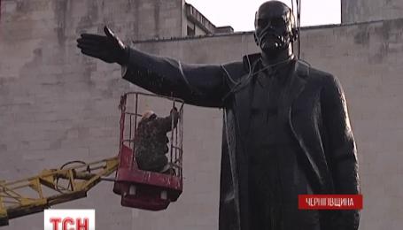 С центральной площади города Щорс Черниговской области убрали 54-тонного Ленина