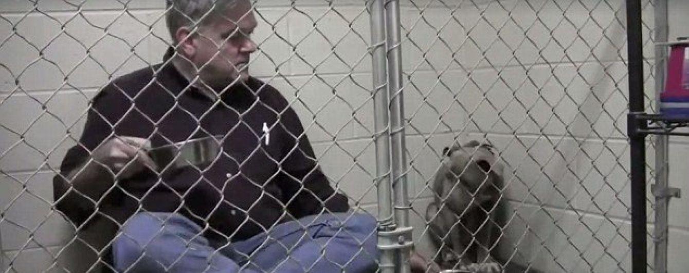 Юзерів зворушило відео турботливого ветеринара, який заспокоює переляканого собаку