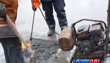 Мастер-класс по ремонту дороги в дождь от кировоградских коммунальщиков