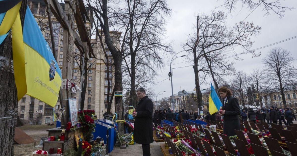 Президент Порошенко з дружиною вшанував Героїв Небесної Сотні @ Сайт президента України