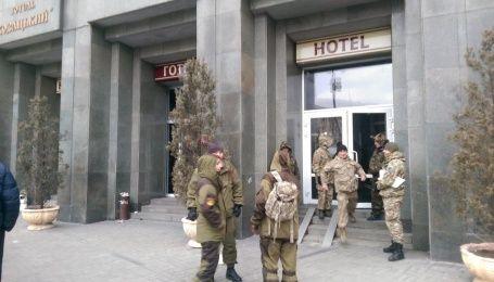Люди у камуфляжі на Майдані поштурхались з правоохоронцями