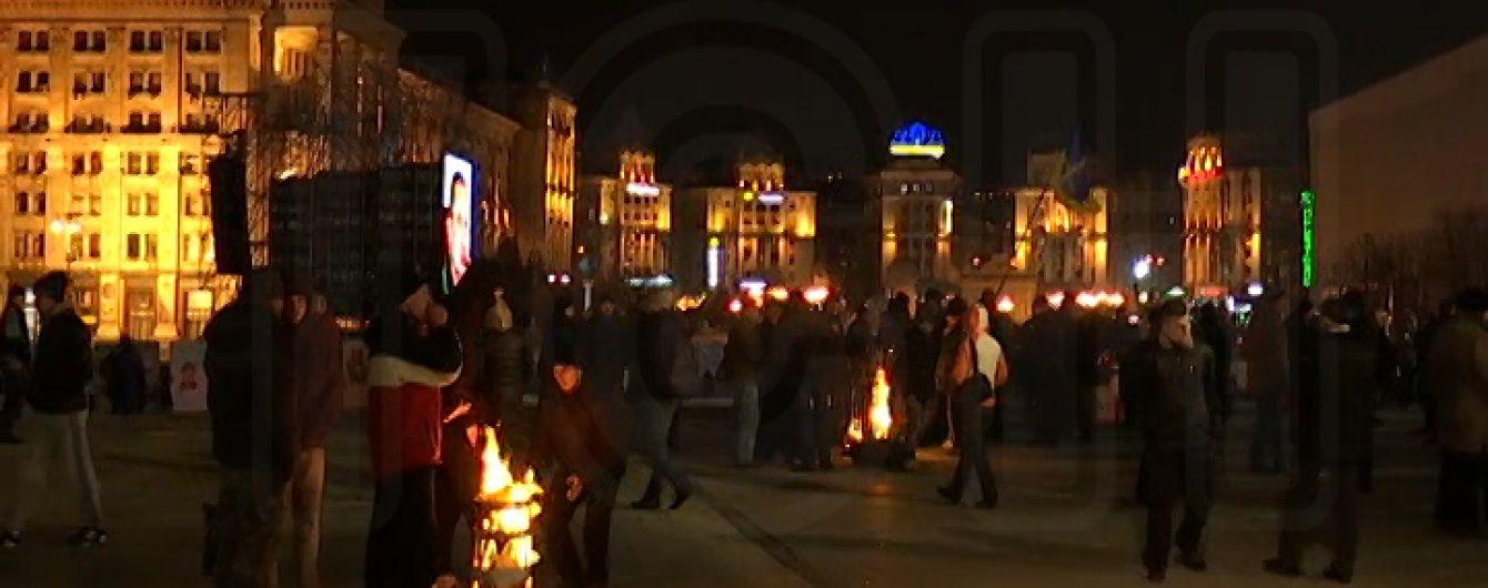 """""""Революційні сили"""" на Майдані гріються біля палаючої діжки та ласують канапками"""
