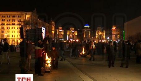 У центрі Києва активісти гріються біля бочки з палаючими дровами