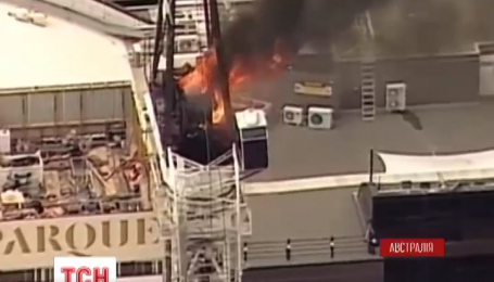 В Австралии строительный кран загорелся и упал прямо на улицу