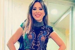 Ани Лорак похвасталась пестрым нарядом от российского дизайнера