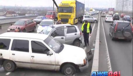 Сразу четыре машины заблокировали движение по одной из главных артерий столицы