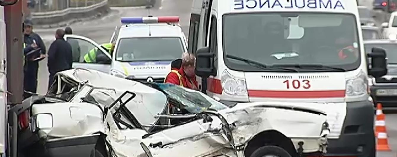 Під Києвом іномарка влетіла у дві фури: аварія обірвала життя 23-річної дівчини