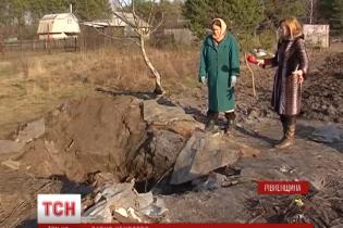 Дачниця зарубала сокирою свого чоловіка та закопала його по частинах у саду