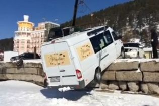 На Байкале сильный ветер сдул микроавтобус с причала