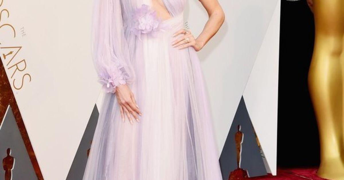 Зірки хизуються дизайнерськими сукнями на «Оскарі»