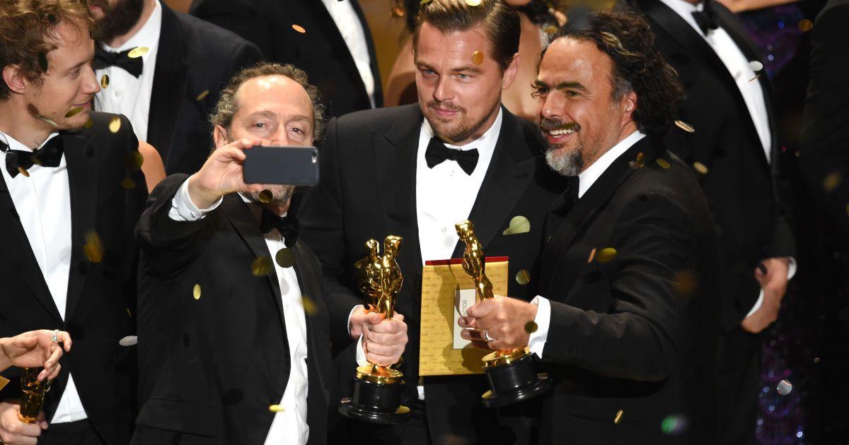 Ді Капріо радісно фотографувався із «Оскаром»