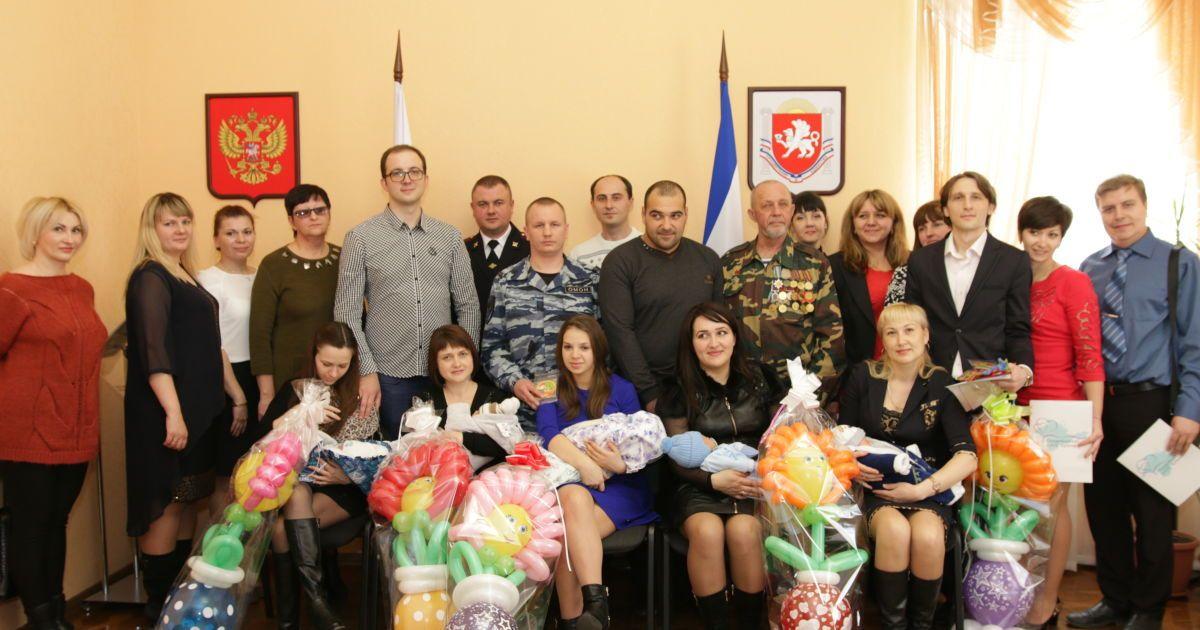 Під час вручення свідоцтв про народження в Криму @ must.rk.gov.ru