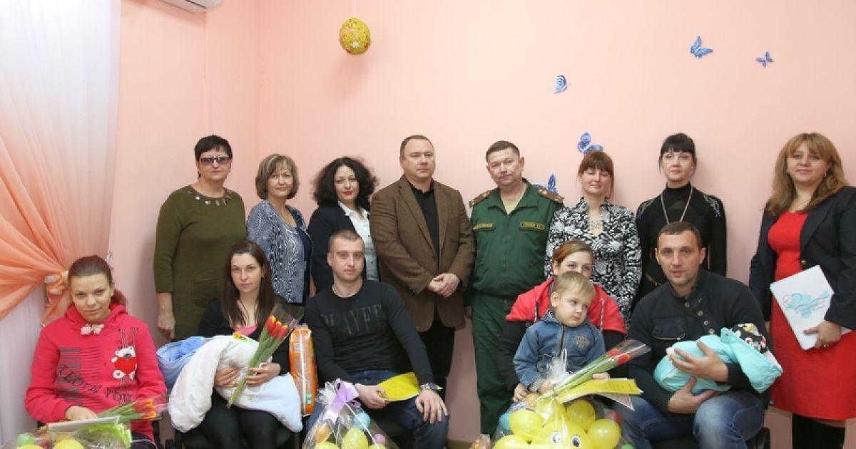 Під час вручення свідоцтв про народження в Криму