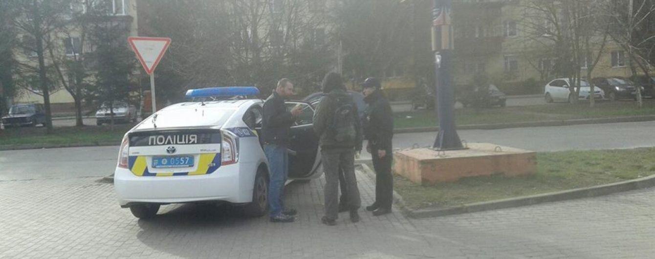 В Ужгороде мужчина на глазах у прохожих отрезал голову собаке и гулял с ней по городу