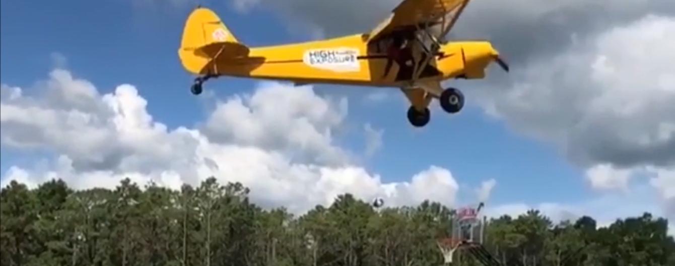 Трюк года: американский баскетболист забросил мяч в корзину с самолета