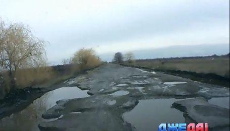 На Николаевщине местные перекрыли трассу бетонными блоками