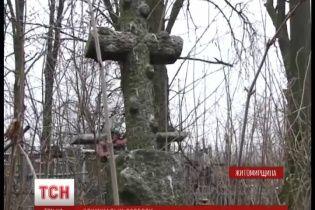 На Житомирщині хлопця вивезли на кладовище та намагались спалити живцем