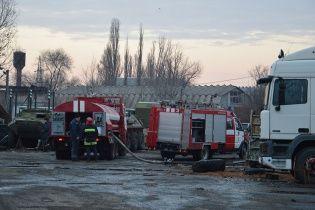 У Києві на Рибальському острові палає склад