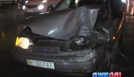 В столице водитель дорого внедорожника спровоцировал массовую аварию и сбежал