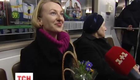 У київському метро сьогодні роздавали горщики з квітами