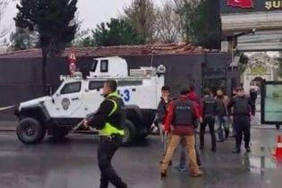 У Стамбулі пролунав вибух: дві терористки забарикадувалися у будівлі, а поліція готується до штурму