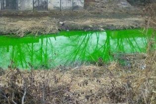 """Жителі Кіровограда перелякані через """"викид хімікатів"""", який пофарбував річку у смарагдовий колір"""