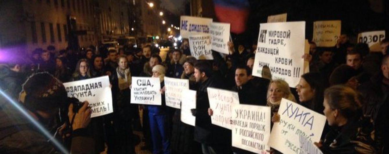 У Москві закидали яйцями і помідорами українське посольство