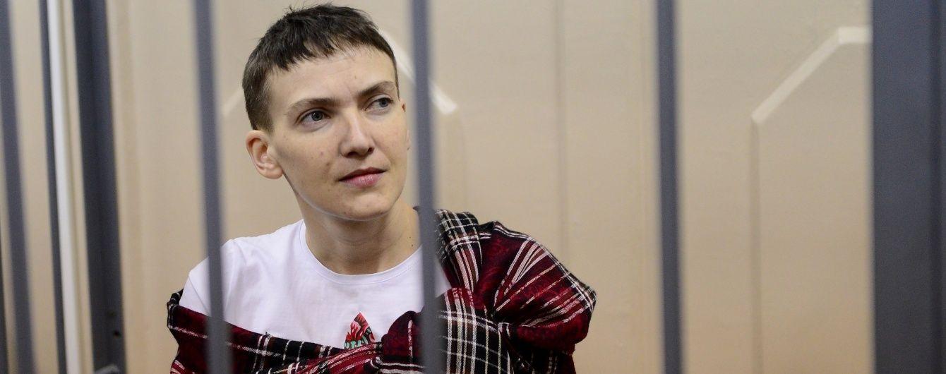 Надежду Савченко в наручниках привезли к зданию суда