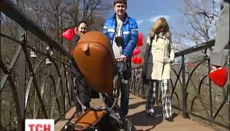 В Киеве открыли обновленный мост влюбленных